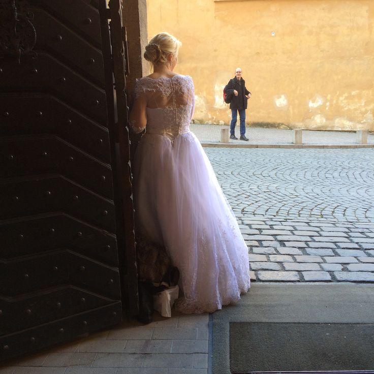 Un inconnu admire la mariée - Château de Prague photoBBpantone