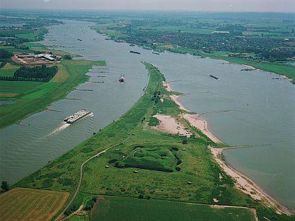 Rivierkleilandschap. De rivier laat laagjes klei achter op het land. Die grond is erg vruchtbaar en wordt voor de landbouw gebruikt.