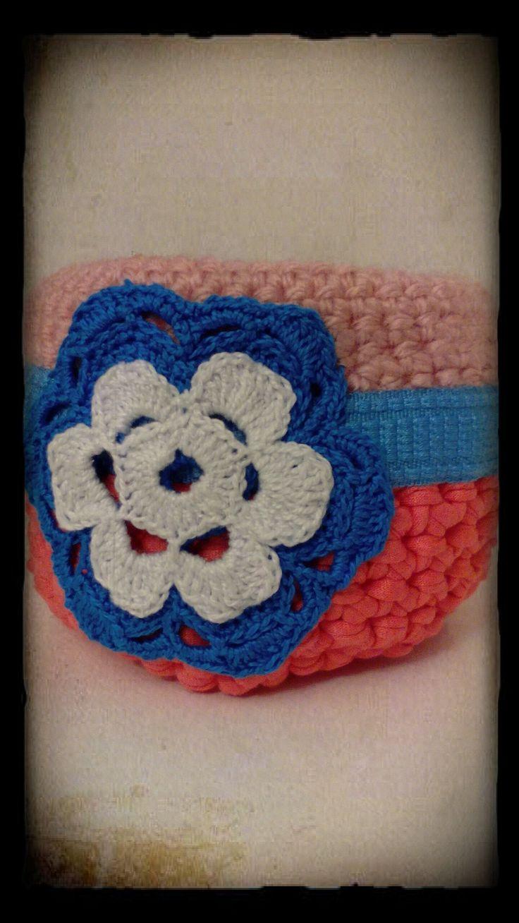 Hecho con trapillo y lana incluyendo accesorios a crochet.