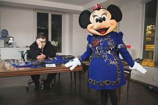 Minnie Mouse et le créateur Alber Elbaz. | Fashionista