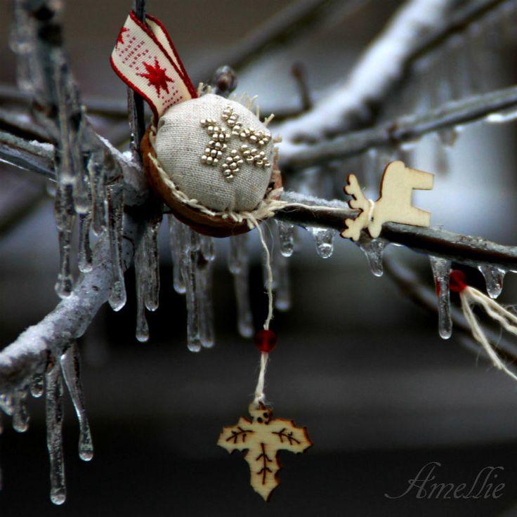 Retro Vánoční ozdoby - oříšek - nordic Klasické oříškové Vánoční ozdboby inspirované vzpomínkami. Cena za1 ks. Látka 100% bavlna, výplň PES, + stuha Na přání mohu vyrobit více ozbod, papřípadě v jiných barvách. Výška cca 3-4 cm+ stuha na zavěšení + dekorace Průměr ozdobycca 3 cm. Sháníte stojánek na ozdoby? Je možné jej zakoupit ZDE. : : : ...