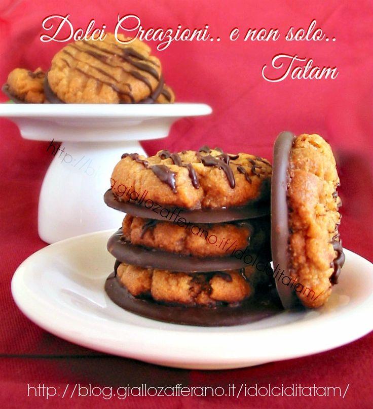 Biscotti al Burro di Arachidi e Cioccolato Fondente : la ricetta di questi fantastici biscotti è senza farina e senza lievito, quindi gluten-free, perfetti