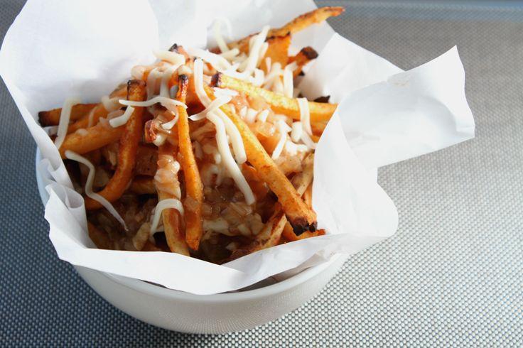À la demande générale, je vous ai préparé cette semaine une recette de poutine SANTÉ! Eh oui, c'est possible et en plus, elle est si bonne que vous n'en reviendrez pas! Un ingrédient secret… le navet ! À s'y confondre avec les pommes de terre lorsqu'il est cuit au four avec des épices. 3 portions…