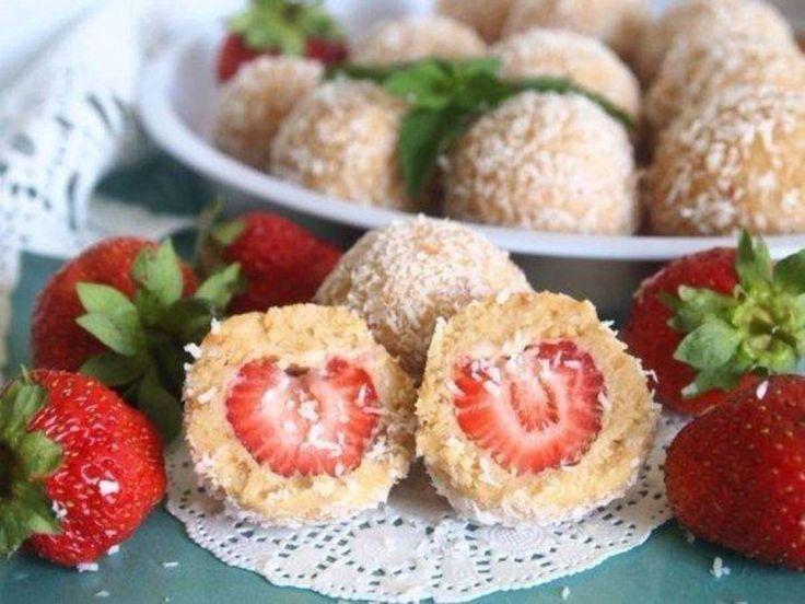 «Десертные шарики с клубникой  ИНГРЕДИЕНТЫ: ▫️200 г печенье (сухое) ▫️90 г масло сливочное ▫️150 г творог (домашний) ▫️150 г клубника ▫️20 г кокосовая…»