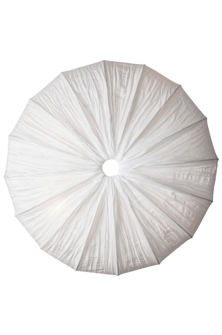 Anna - en flot loftplafond! Anna passer i rum/entréer, hvor der ikke er plads nok til hængende lamper. Anna er fremstillet af hvid crepet silke, den spreder et fint generelt lys. Max. 4x60 watt. 4xE27. Højde 17 cm, Ø 60 cm.