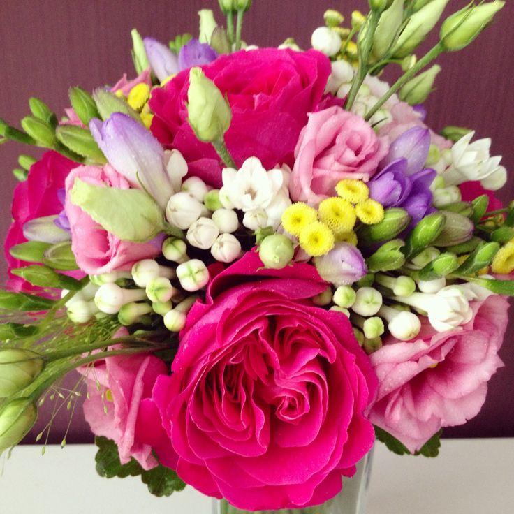 Rosas Kate DA, freesias, lisiantus y bouvardias para este colorido ramo de novia de verano.