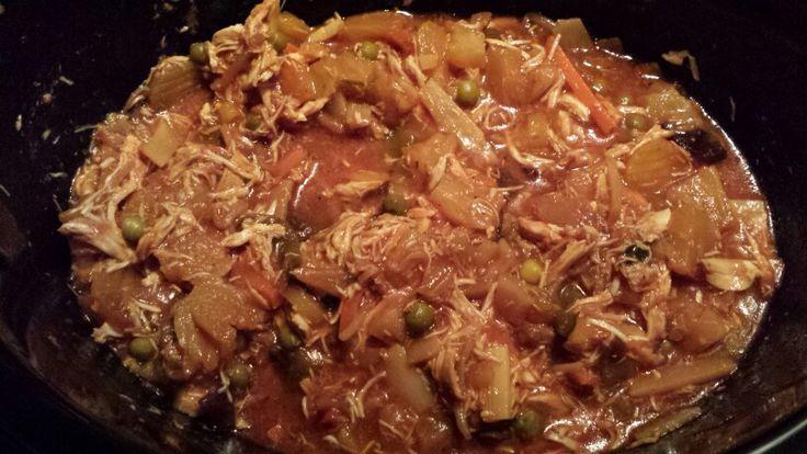 Zoetzure pulled chicken met zilvervliesrijst.  Saus: 400 ml passata, scheut azijn, scheut ketjap, bouillonblokje en een eetlepel suiker.  Twee kipfilets onderin de slowcooker, saus eroverheen, ananas erbovenop. Daarna een zak oosterse wokmix (vriezer Jumbo, maar kan natuurlijk ook met andere groente(mix)).  Drie à vier uur op low in de slowcooker, daarna de kip met twee vorken uit elkaar trekken.  Serveren met zilvervliesrijst.