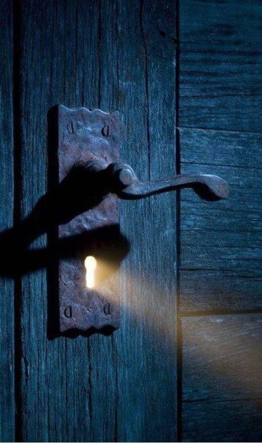 de deur in het huis die op slot zat.