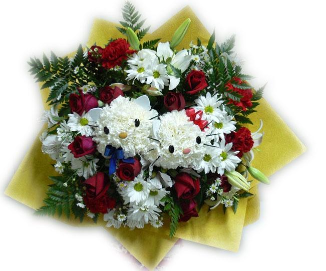 Cutie Bouquet    Encantador ramo de 12 rosas y flores varias, bajo una tierna composición floral bajo el tema de Hello Kitty.