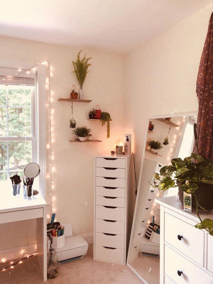 INSTA@AVEMOSER white walls fairy lights green plants tapestry bedroom decor idea…