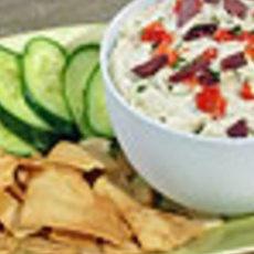 Fêta dip.  Serveer de de fêta-dip met in puntjes gesneden warme pitabroodjes, stukjes komkommer.