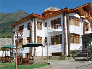 Set amidst tranquil environment and away from bustling activities of the city life, Hotel Royal Khazir in Srinagar is the perfect getaway for holiday makers, vacationers and honeymooners