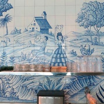 Hotel SLS Brickell en Miami (USA) donde se encuentra el restaurante, Bazaar Mar by José Andrés, decorado por el diseñador Philippe Starck y que destaca por el uso de azulejería artística en todas sus paredes, azulejería que ha desarrollado la empresa Cerámica Artística San Ginés de Talavera de la Reina.