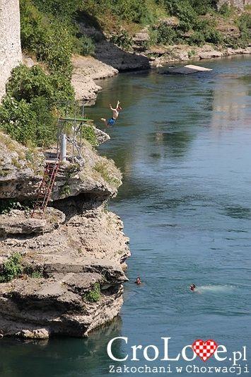 Skok do rzeki Neretwy w Mostarze | Mostar - Bośnia i Hercegowina || http://crolove.pl/mostar-wielokulturowe-miasto-bosni-hercegowinie/ || #Mostar #BosniaiHercegowina #bih