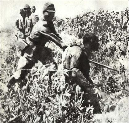 Un hombre chino es decapitado por un oficial japonés en la llamada Masacre de Nanking o Masacre de Nanjing, también conocida como la Violación de Nanking.