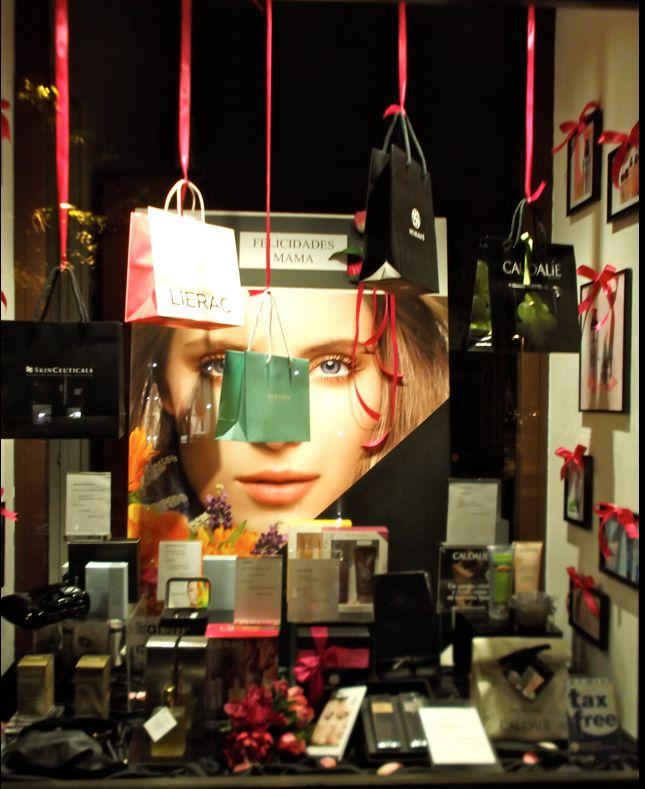 Una gran variedad de opciones de la alta cosmética francesa como protagonistas en los escaparates del día de la Madre de la Farmacia A. Montesinos en pleno barrio Salamanca de Madrid.