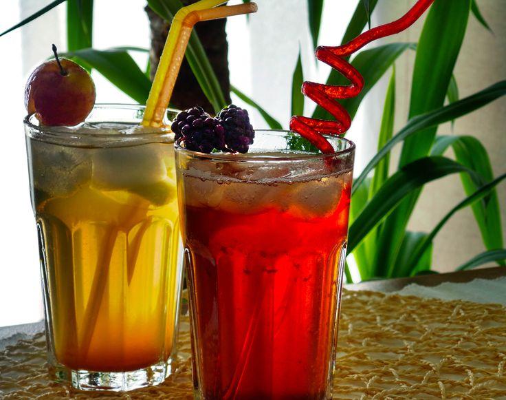 Gyümölcsös frissítő teák házilag. Van, hogy az ember fáradt, nincs energiája semmire, a kedve se jó, ingerült, és mintha minden összeesküdött volna ellene. Ritkán gondolunk arra, hogy ezek talán az enyhe kiszáradás tünetei. Egészségünk érdekében is, és különösen nyáron nagyon fontos a bő folyadékbevitel.  Két fanyar ízű italt ajánlok természetes alapanyagokból, kitűnő szomjoltók és frissítők egyben. Tessék választani! Recept: http://kertkonyha.blog.hu/2014/08/14/gyumolcsos_frissito_italok