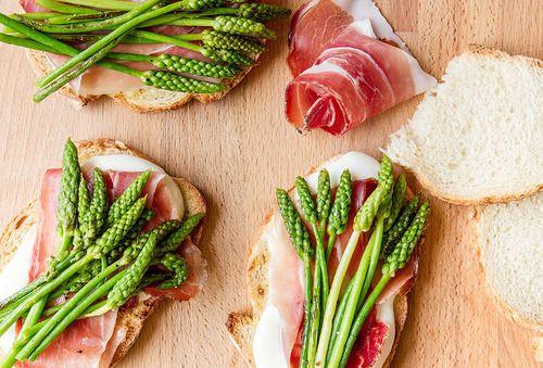 Sandwich mozzarella, Speck et asperges sauvages // Mozzarella, Speck and wild asparagus sandwich