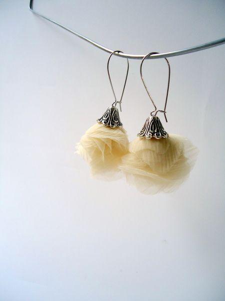 Boucles d'O. pendentif en voile de soie beige clair.  Capuchon en métal argenté, style vintage.  Grandes Attaches en argent 925.  D'autres couleurs...