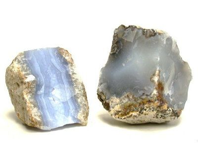 On parle bien de calcédoine, ça ne se mange pas mais ça fait du bien quand même :)  C'est quoi la calcédoine ?   Il s'agit d'une pierre fine où semi-précieuse, qui est composé d'un amalgame de micros cristaux de quartz mais également de de moganite (oxyde de silicium), elle est généralement d'une...