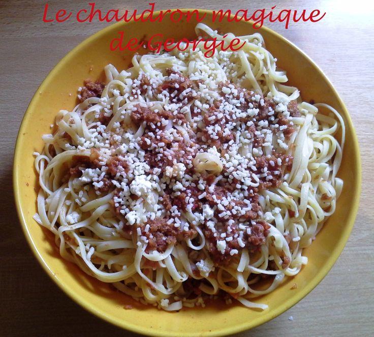 """Un des grands classiques de la cuisine italienne, a servir avec des spaghettis, linguines, tagliatelles ou lasagnes... Après avoir testée celle du livre de base """"A table avec Thermomix"""" qui ne m'a pas convaincue j'ai crée ma propre recette en fonction..."""