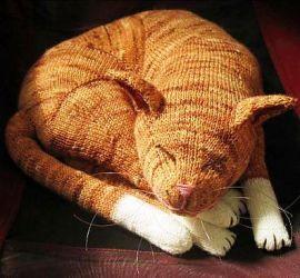 Вязаный спицами спящий рыжий кот