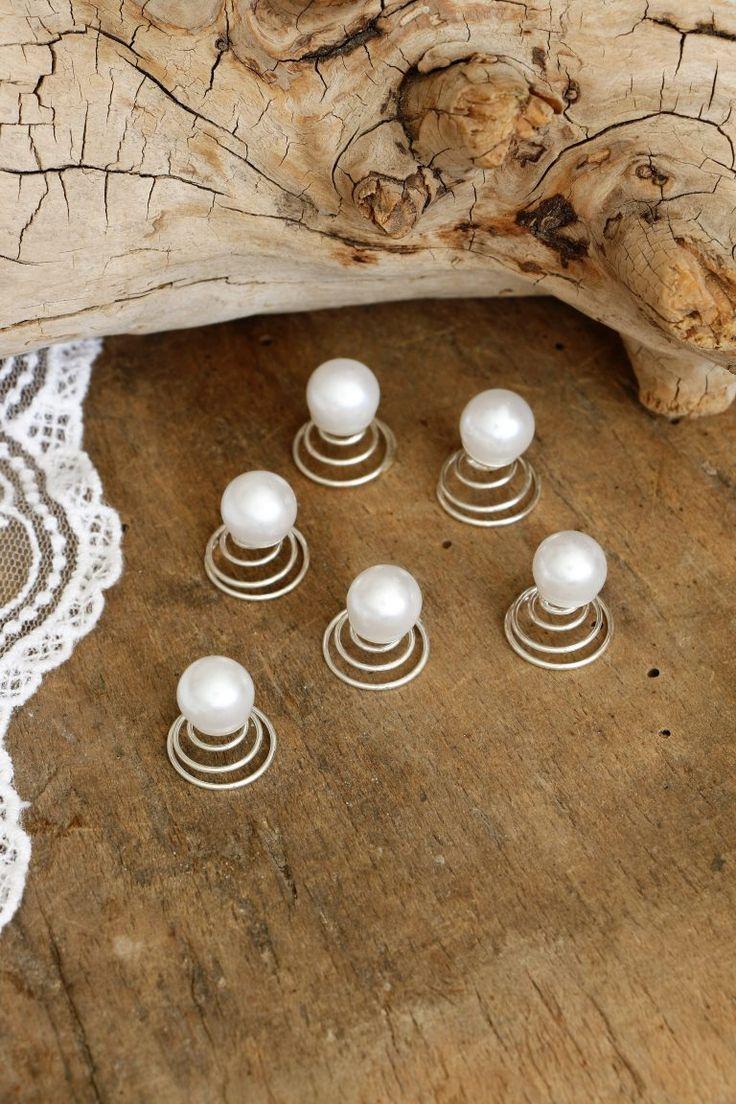 Fijne curlie met een mooie parel. Door de spiraal zeer makkelijk in het kapsel te bevestigen. Blijft goed en stevig zitten.  Geschikt voor de bruid en bruidsmeisje(s).  Prijs is per stuk.Combineer een oneven aantal (5 , 7 of 9 stuks) voor het mooiste natuurlijke effect.