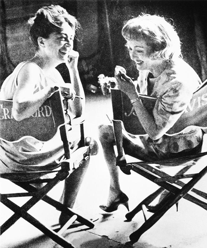 joan crawford and bette davis sharing a cigarette   Tags: Bette Davis Historias de cine en blanco y negro Joan Crawford ...