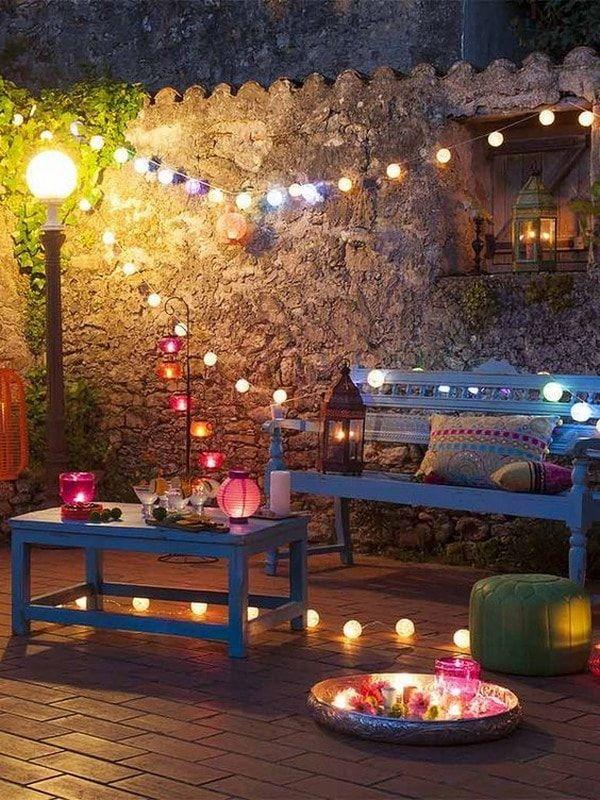 Iluminación colorida para patios y jardines
