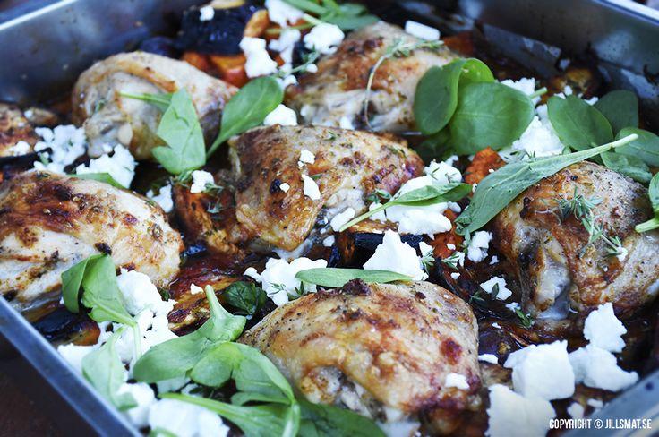 Grekisk kyckling i ugn. Här kommer mitt recept på en lättlagad, god och nyttigt rätt som tillagar sig själv i ugnen – perfekt eller hur? Minimalt med disk dessutom eftersom allt tillagas och serveras i samma form. #lchf