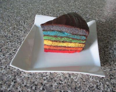 Bolo arco-íris com cobertura e recheio de chocolate / Chocolate covered and filled rainbow cake