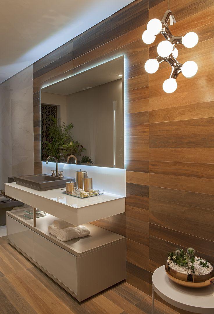 Casa Cor ES: Varanda aposta no poder acolhedor da madeira - Casa #banheiro #madeira #luminária #espelho #iluminado
