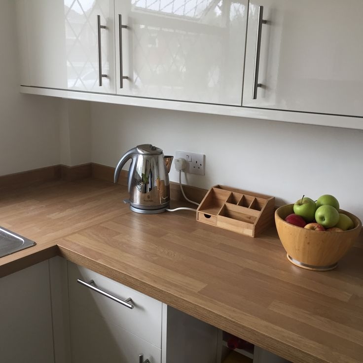howdens greenwich cream gloss doors with oak block worktop. Black Bedroom Furniture Sets. Home Design Ideas