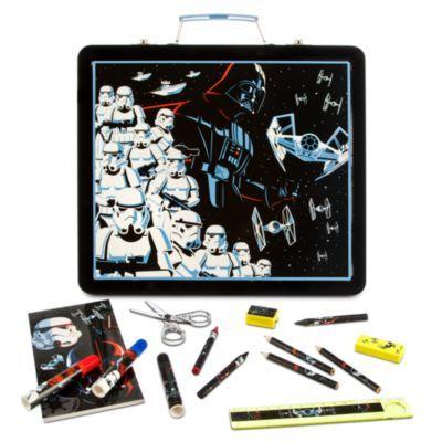 Con questa valigetta di Star Wars sarà facile sentirsi ispirati per disegnare e dipingere le galassie più remote! Decorata con immagini di Darth Vader e delle Truppe d'Assalto, contiene una selezione di penne, matite, colori e molto altro ancora.