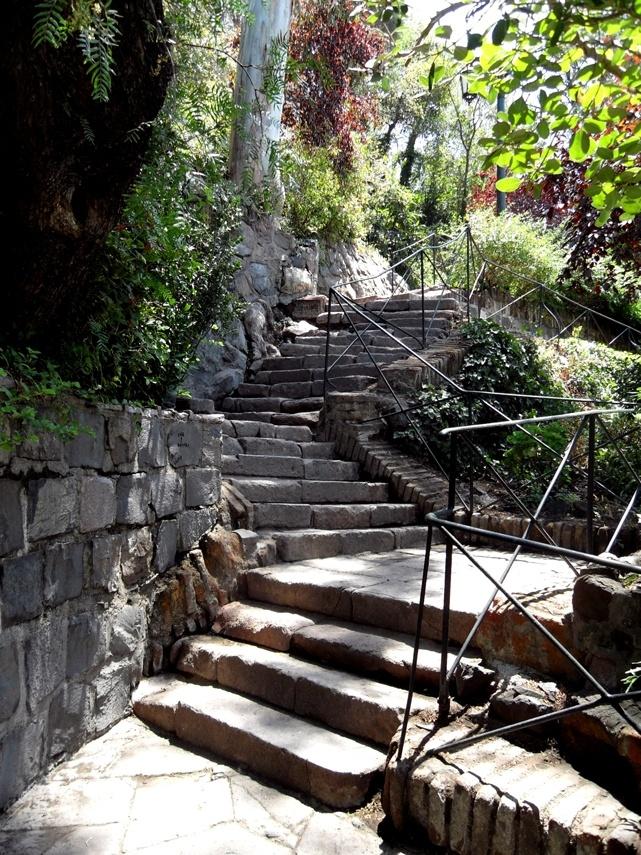 Escadaria que dá acesso ao morro, Cerro Santa Lucía, é um morro no coração de Santiago de Chile