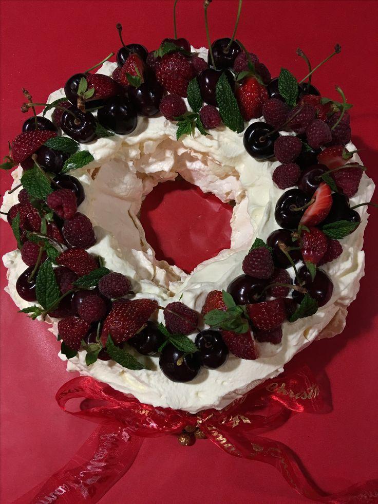 Pavlova Christmas wreath at http://www.abasiccook.com/?space-recipes=pavlova