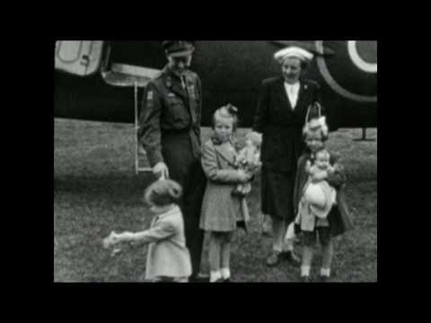 2 augustus 1945 - Op vliegveld Teuge bij Apeldoorn zetten Prinses Juliana en de Prinsesjes Beatrix, Irene en Margriet voor het eerst sinds het begin van de Tweede Wereldoorlog weer voet op Nederlandse bodem.