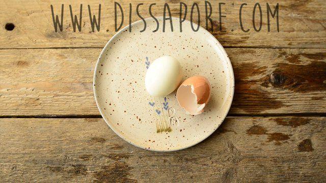 Due trucchi per sgusciare rapidamente le uova sode!  Rubrica sulle tecniche di base in cucina, ogni martedì su dissapore.com  Music by: Shadows on Stars - Whiskey and Cigarettes