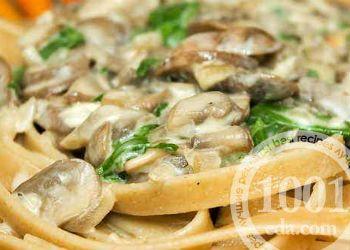 Макароны в сметанном соусе с грибами
