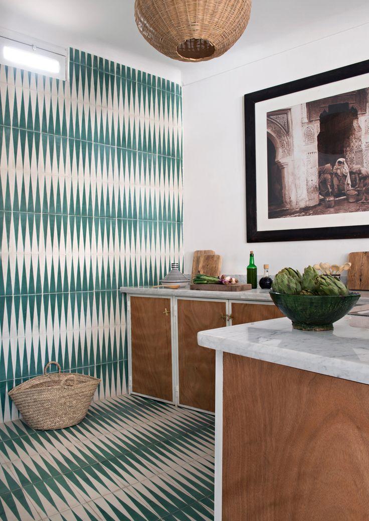 La cucina della casa dei Popham design a Marrakech. Piastrelle Popham Design /// The kitchen of the Popham design's house in Marrakech. Tiles by Popham design • Photo Nicolas Matheus