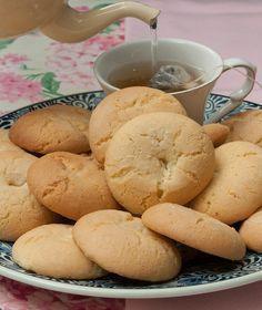 10 αυγά 500 γρ. ζάχαρη 1 φακελάκι αμμωνία (28-30 γρ.) ½ ποτήρι του νερού χυμό πορτοκαλιού 300 γρ. βούτυρο αγελάδας, λιωμένο ή βούτυρο γάλακτος (αυτό που πωλείται στο βάζο), σε θερμοκρασία δωματίου για να είναι ρευστό 2 βανιλίνες 1.200-1.280 γρ. αλεύρι για όλες τις χρήσεις λίγο λάδι για το πλάσιμο