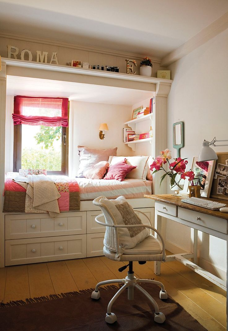 Más que una cama Todo en blanco, reduce la presencia de la cama y las baldas, que con 25cm de fondo, mantienen los libros cerca de la cama....: