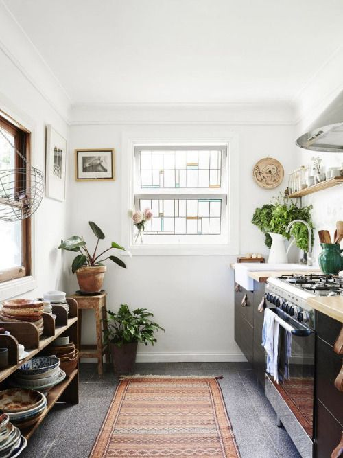 Urban jungle keuken in Australisch huis van kunstenaars Laura Jones, Alex Standen en Mirra Whale. // via A Feminine Tomboy