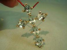 Zilveren kruis hanger met blauwe topaas en diamanten