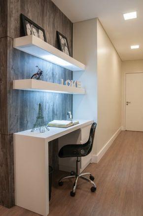 O nicho existente no corredor de acesso à área íntima foi aproveitado para composição de um home office.