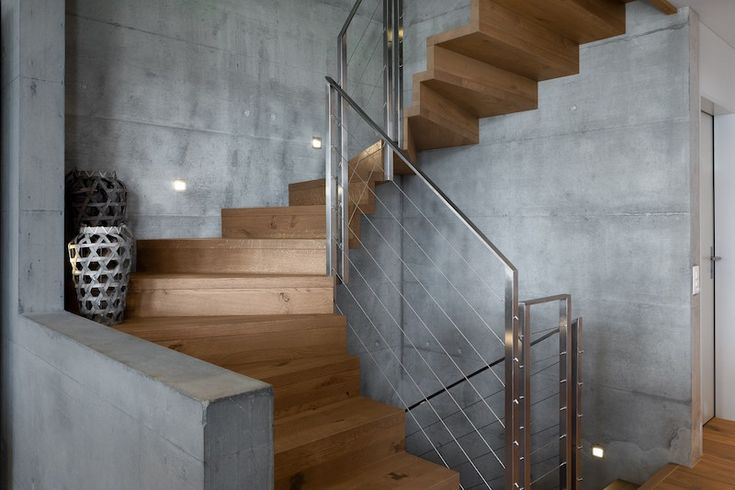 Винтовая лестница имеет очень изящный и элегантный дизайн, благодаря комбинации дерева и бетона