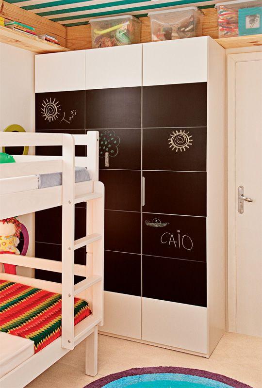 Con-Tact preto fosco nas portas do armário, para que as crianças possam escrever recados com giz.