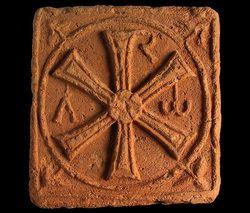 Brique quadrangulaire à motif chrétien : chrisme latinisé avec l'alpha et l'oméga. Mérovingien. nantes
