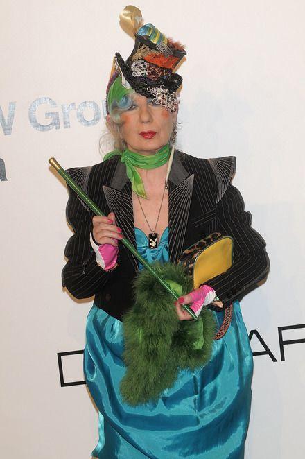 ANNA PIAGGI De inmiddels overleden Italiaanse fashion auteur Anna Piaggi met haar kenmerkende rode wangen, blauwe oogschaduw, rode lippenstift en blauwe haren.