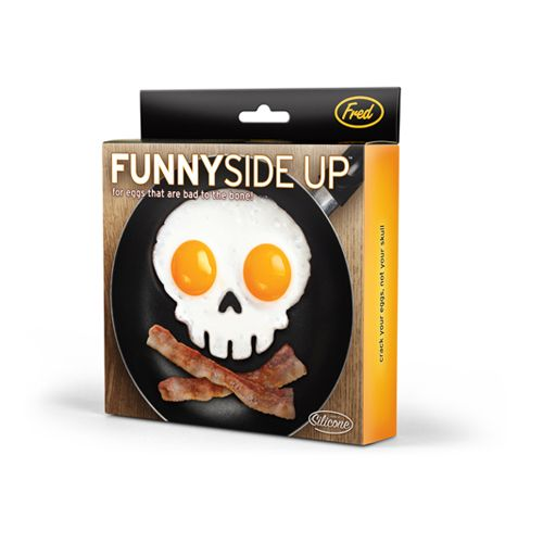 Econtré el molde para desayunos de halloween. Funny Side Up Skull Egg Shaper